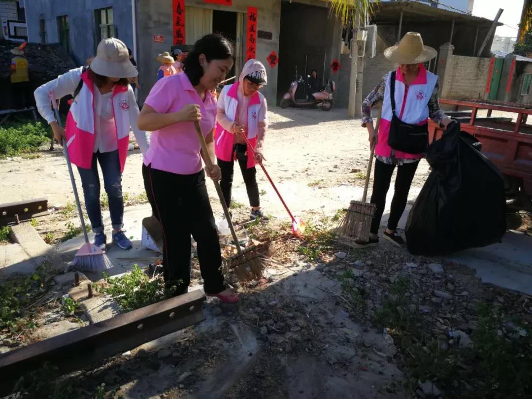 三亚市妇联开展爱国卫生日活动