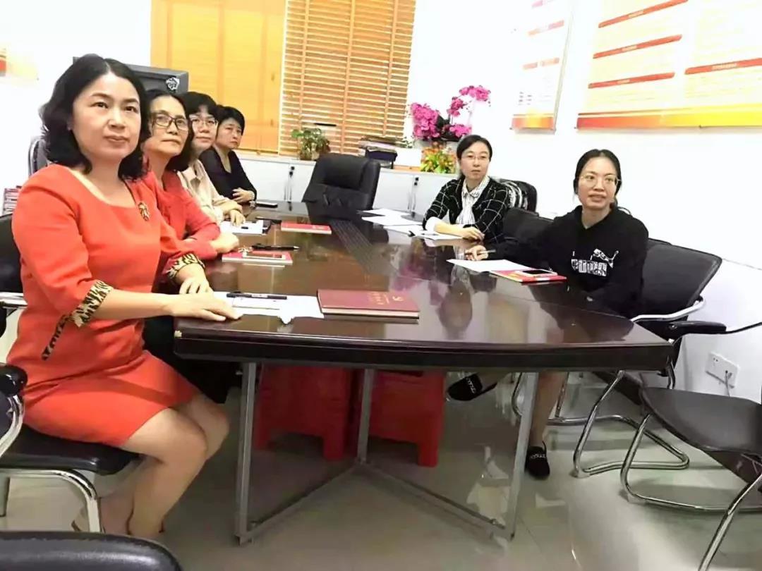 三亚市妇联干部职工收看改革开放40周年大会电视直播
